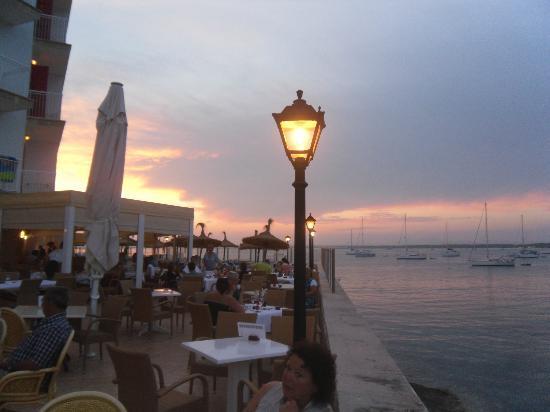 Universal Hotel Marques: Si può mangiare anche fuori,sul mare con tramonti mozzafiato
