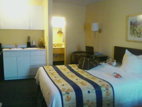 Best Western Annapolis: theres another bed, fridge and microwave