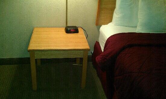 Econo Lodge: bedroom nightstand