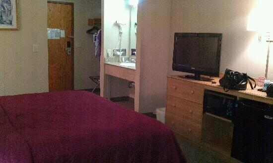 Econo Lodge: King Room and TV