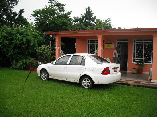 Casa Papo y Niulvys: vista casa y jardín