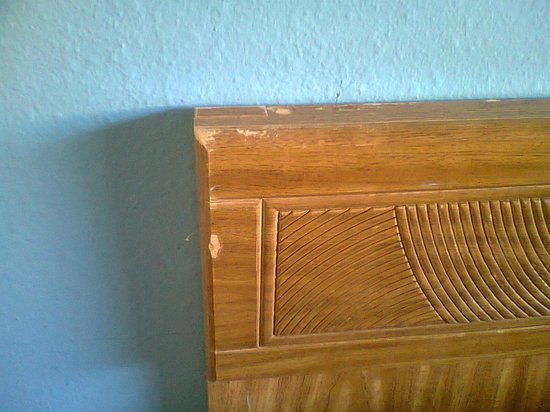 Days Inn Bellemont: battered wood furniture