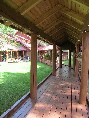 Mazama Country Inn: Walkway between outer rooms and the main building