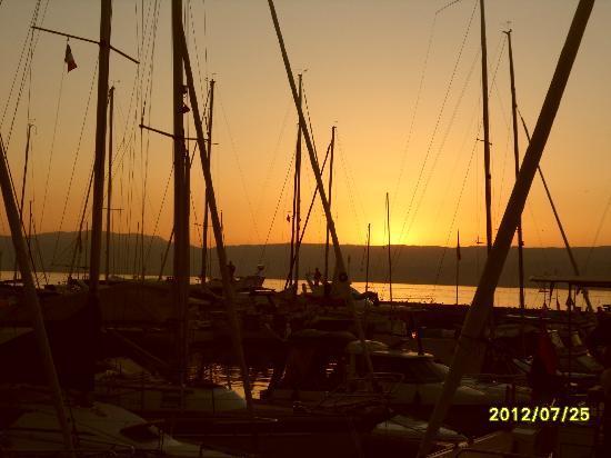 Les Cimes du Leman: couché de soleil sur le lac Léman à Thonon les Bains