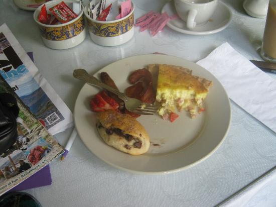 The Victoria Inn: Pat's delicious homemade breakfast---quiche, and some kind of chocolate chip roll-up pastry