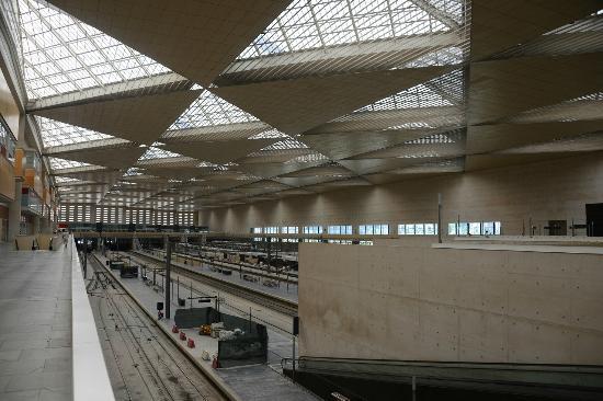 Hotel Eurostars Zaragoza: Adjoining train station