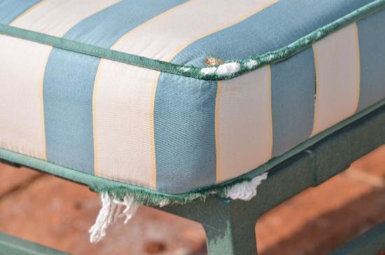 Hotel Cortijo Soto Real: Old cushions at the pool