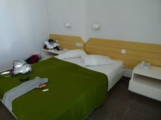 PrimaSol Archipelagos: chambre avec literie en mauvaise état