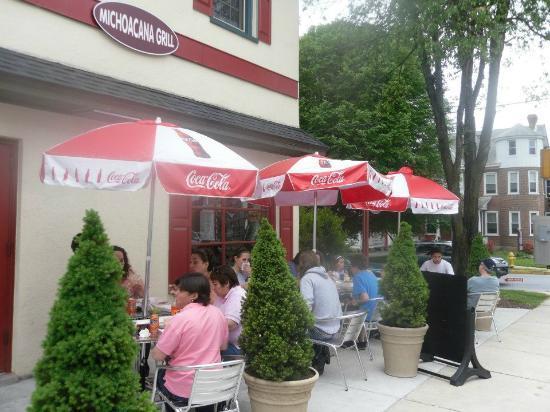 La Michoacana Grill: Patio sitting