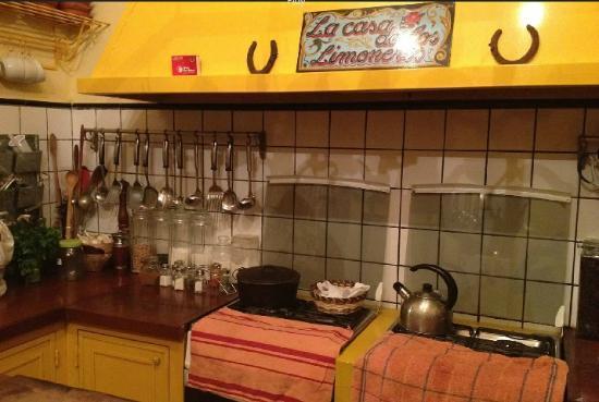 La Casa de los Limoneros: kitchen