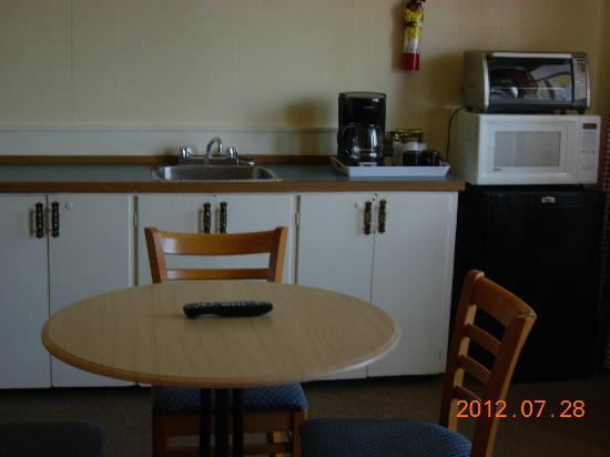 Century II Motel: kitchen