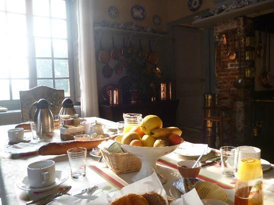 Chateau de Fleury la Foret : Breakfast in the kitchen