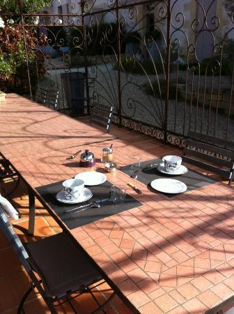 Maison D'hotes Bordeaux Saint Emilion : Villa Beylie: Petit déjeuner sous la pergola avec vue...