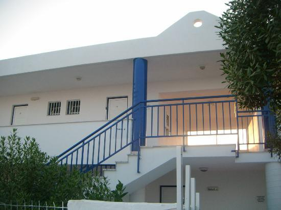 Nikos II Apartments: newer rooms behind pool