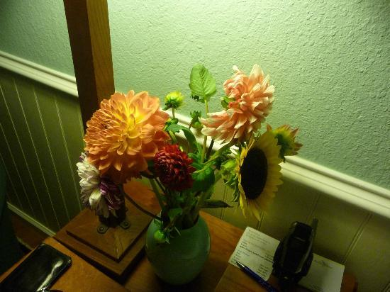 Waianuhea Bed & Breakfast : Fresh Flowers in Every Room