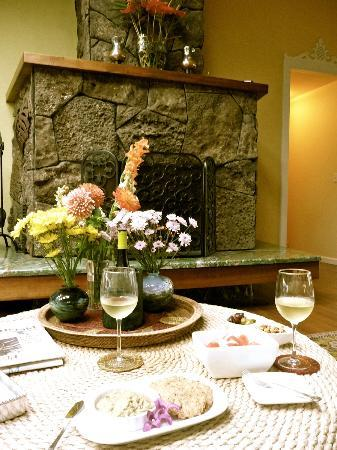 Waianuhea Bed & Breakfast : Evening around the fireplace (lobby/lounge)