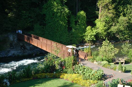 Belknap Hot Springs Lodge and Gardens: rushing river and hot sprins