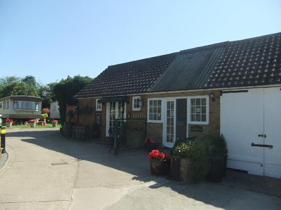 Wayside Caravan Park: 'Bygones' wine bar/cafe and laundry room adjacent