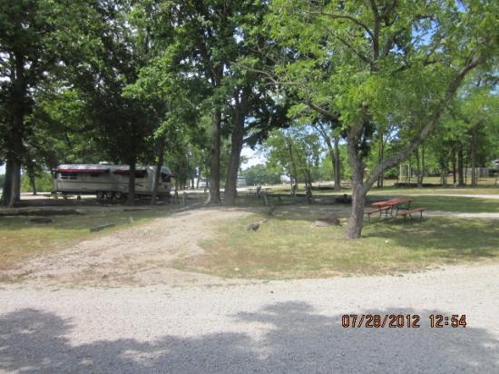 Lake Paradise Camping Resort: Old spots - need serious repair.