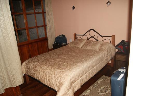 Hostal La Ronda : queen bed in room 1