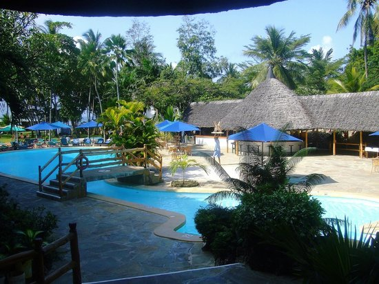 Travellers Beach Hotel & Club: Swimming Pool area on Half-Board Side of Hotel