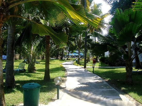 Travellers Beach Hotel & Club: Walking through the grounds from the beach on Half-Board Side of Hotel