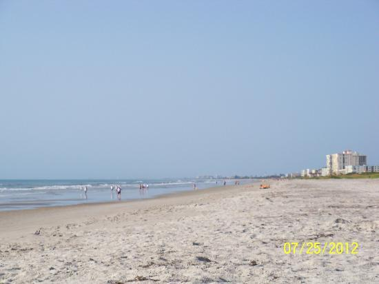 Hampton Inn Cocoa Beach/Cape Canaveral: The beach acessible from the hotel.