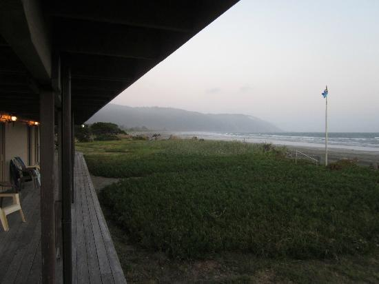 Crescent Beach Motel: Covered deck/walkway in front of room--drop dead view!
