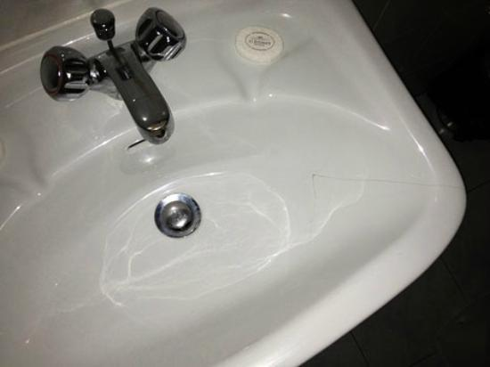 St. Julian's Bay Hotel: sink