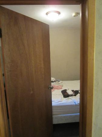 Fran Cove Motel: Doorway into the 2nd room. Note door hits the bed