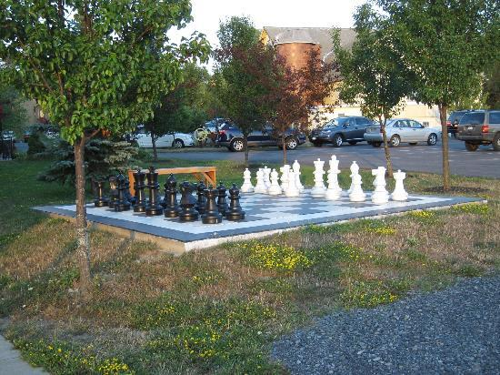 La Tourelle Hotel, Bistro, Spa: Cute outdoor chess set