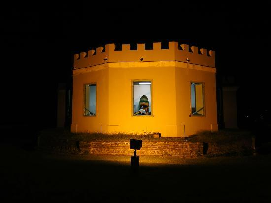Fortin Conde de Mirasol Museum: The fort at night