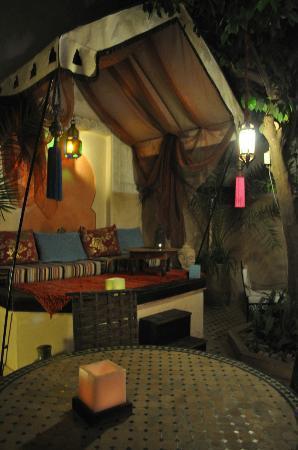 Riad Aguerzame: Partie de la salle commune - vue de nuit