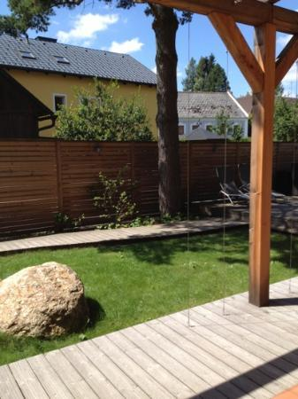 Faulenzerhotel Schweighofer: little garden at the back of our room