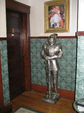 Colonial Charm Inn: Knight outside our room