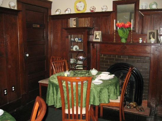 Colonial Charm Inn: Dining