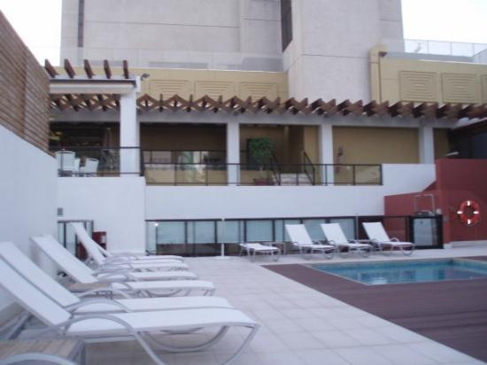 Novotel Lisboa: View of the terrace of the dining/brekfast room from the swimming pool