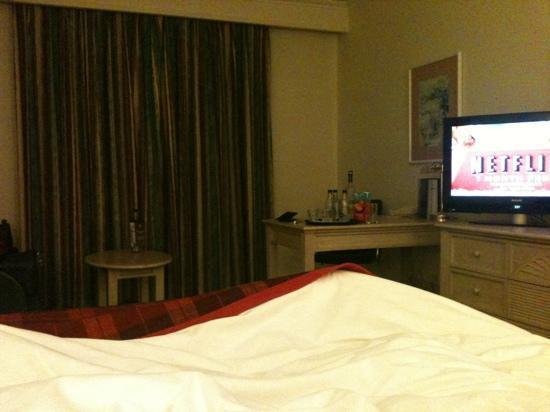 Hilton Northampton: Guestroom - sofa/desk