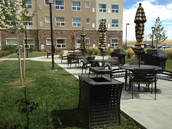 HYATT house Denver Airport: outdoor patio