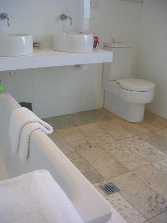 Tonic Hotel: bath