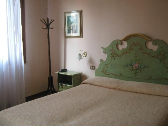Hotel Malibran: Queen bed