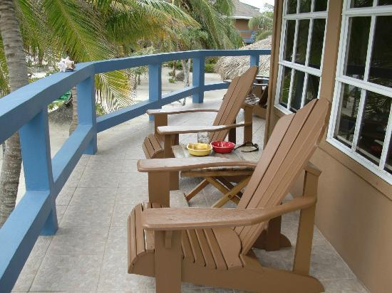 White Sands Cove Resort: Outside sitting area with beach front room