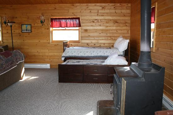 Wapiti Lodge: Main room with bed and trundle bed
