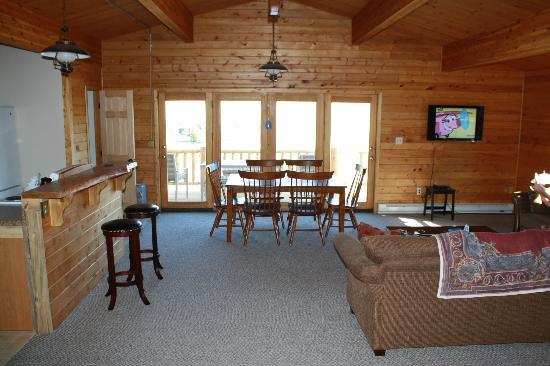 Wapiti Lodge: Main floor--enters onto deck overlooking Shoshone river and mountains