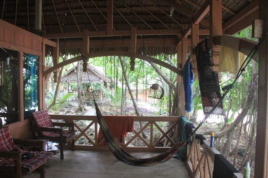 Hoga Island Dive Resort: Bungalow deck