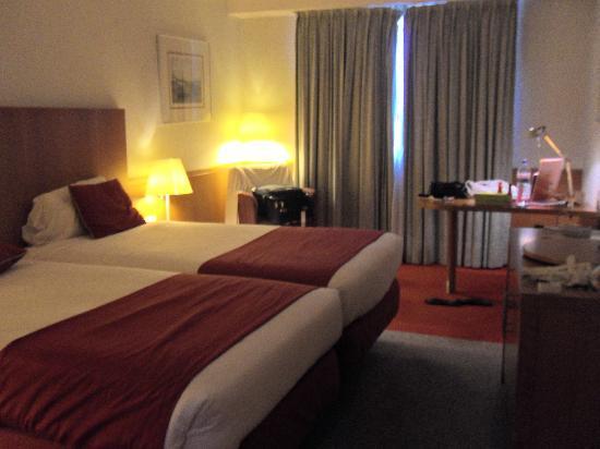 Mercure Porto Gaia: room,spacious