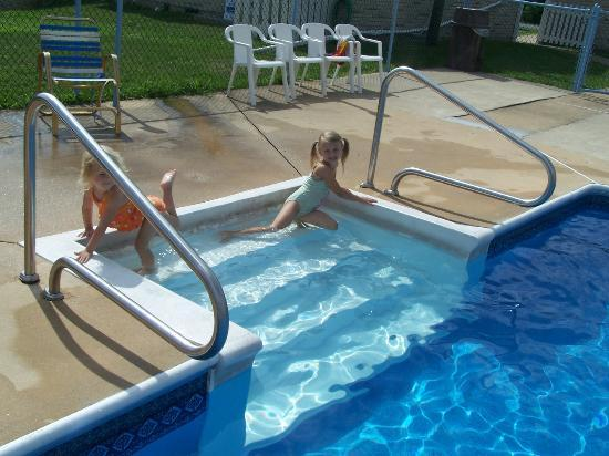 Americas Best Value Inn Palmyra/Hershey: The pool had steps which is always nice for little ones.