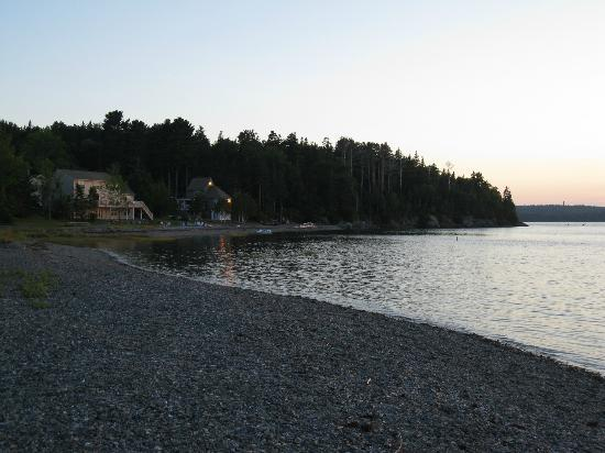Emery's Cottages on the Shore: Tide coming in on the shore at Emery's