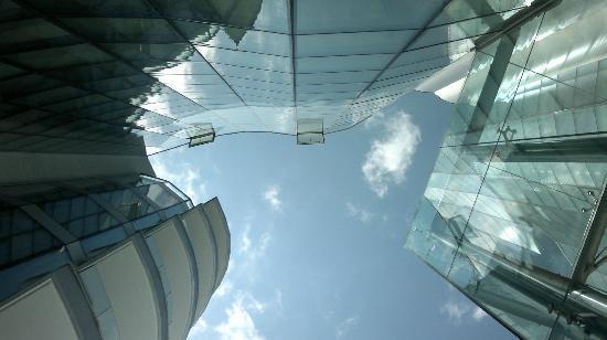 i-SUITE Design Hotel: Sdraiati in piscina guardando il cielo ...