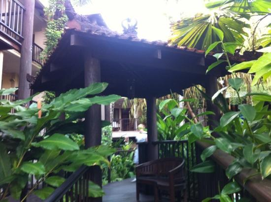 Hibiscus Resort & Spa: Bali themed walk way